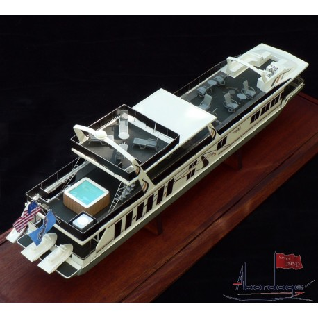 Fantasy Yachts Houseboat model built by Abordage