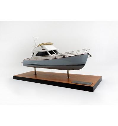 Hinckley Talaria 48 FB desk model